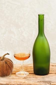 Bottiglia di champagne di frutta congelata sul vetro, tavolo in legno