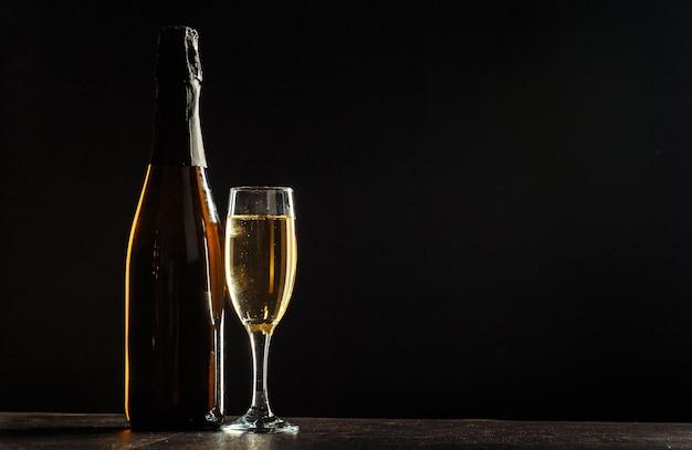 Bottiglia di champagne e bicchieri
