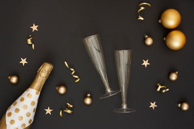 Bottiglia di champagne e decorazione con bicchieri