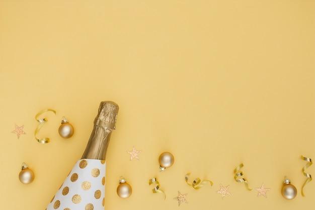 Bottiglia di champagne e ornamenti con spazio di copia