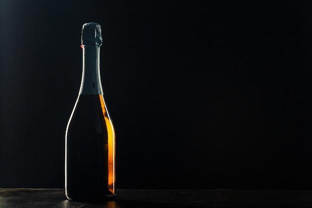 Bottiglia di champagne sul nero.