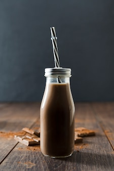 Bottiglia di frappè al cioccolato con cannuccia