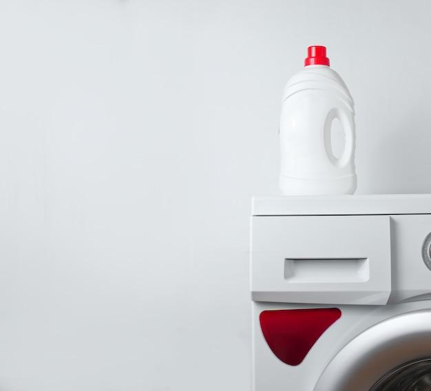 Bottiglia di gel detergente sulla lavatrice