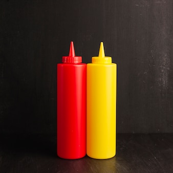 Bottiglia di ketchup e senape