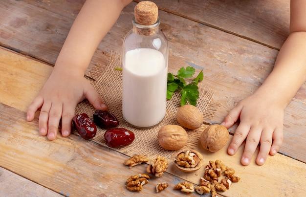 Bottiglia di latte con noci e datteri