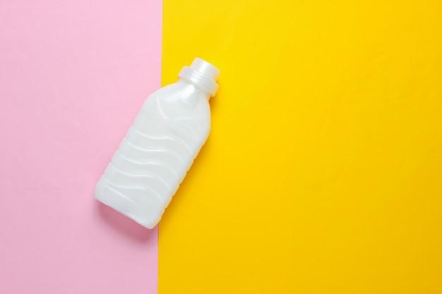 Bottiglia di lavaggio gel su una superficie di colore pastello.