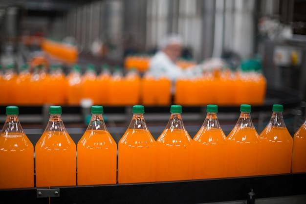 Bottiglia di lavorazione del succo sulla linea di produzione