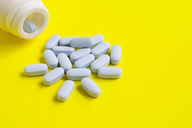 Bottiglia di medicina con pillole blu