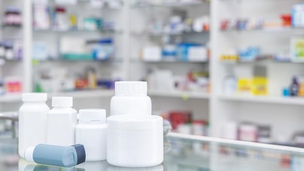 Bottiglia di medicina e scatola di medicina nel negozio di farmacia