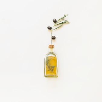 Bottiglia di olio con ramoscello d'ulivo