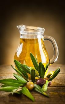 Bottiglia di olio d'oliva e un ramoscello d'ulivo