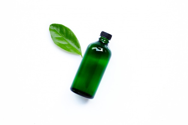 Bottiglia di olio essenziale con foglia verde