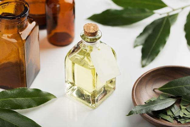 Bottiglia di olio essenziale di alloro con etichetta. modello