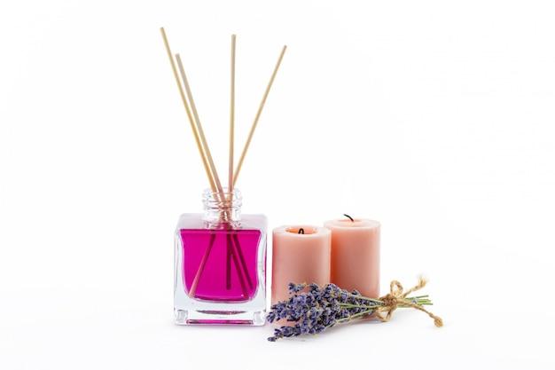 Bottiglia di olio essenziale di aroma o spa o olio di fragranza naturale con fiori secchi