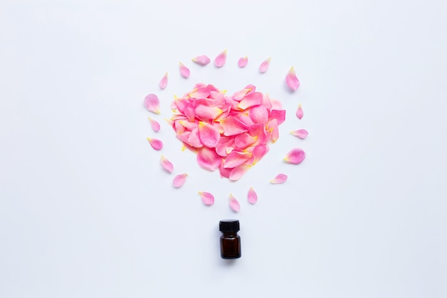 Bottiglia di olio essenziale di rosa per aromaterapia su bianco