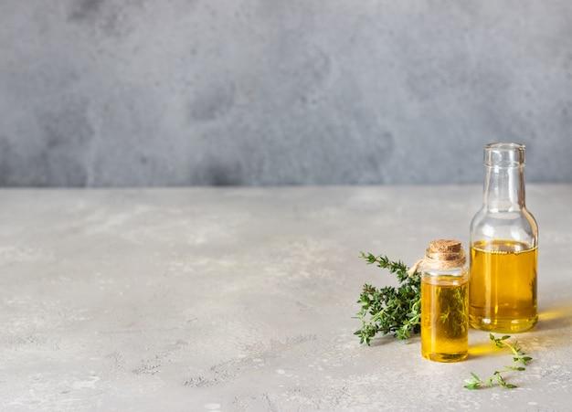 Bottiglia di olio essenziale di timo (timo) con timo fresco