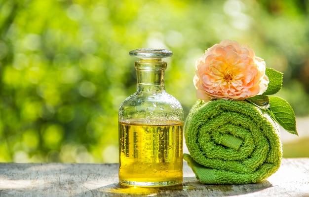 Bottiglia di olio essenziale e asciugamano morbido.