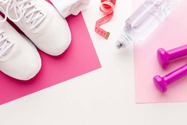 Bottiglia di pesi d'acqua e scarpe da ginnastica