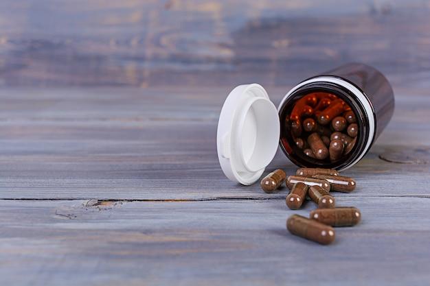 Bottiglia di pillola e pillole mediche sparse. medicinali isolati.