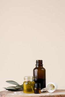 Bottiglia di plastica del primo piano con olio e rosmarino