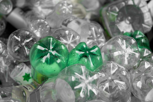 Bottiglia di plastica di messa a fuoco selettiva in rifiuti riciclabili, gestione concetto di rifiuti riciclabili.