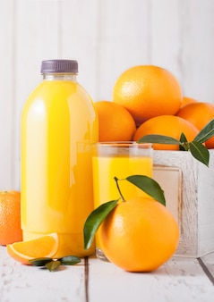 Bottiglia di plastica di succo d'arancia fresco organico crudo