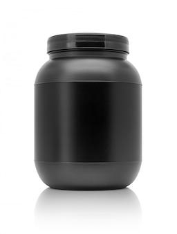 Bottiglia di plastica nera del siero del proteina d'imballaggio in bianco isolata su fondo bianco