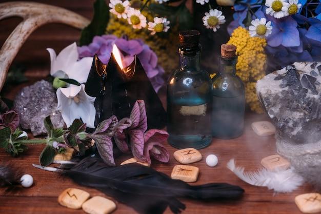 Bottiglia di pozione magica. concetto di halloween di stregoneria con pozioni, erbe e attrezzature occulte.