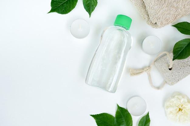 Bottiglia di prodotti cosmetici con acqua micellare o tonico per la cura della pelle
