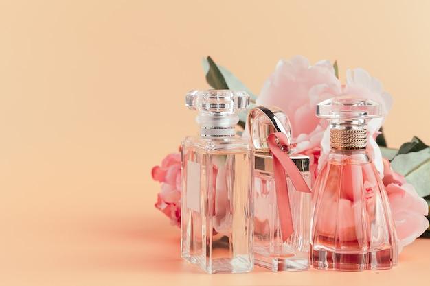 Bottiglia di profumo con fiori sul panno leggero