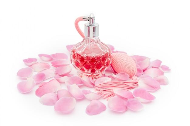 Bottiglia di profumo con petali di fiori. profumeria, cosmetici, collezione di fragranze