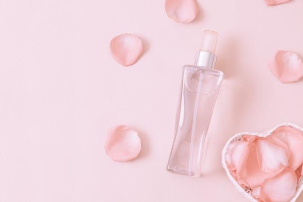 Bottiglia di profumo con petali di rosa