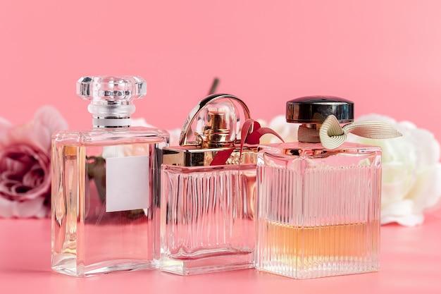 Bottiglia di profumo con rose