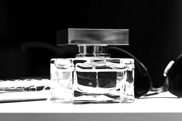Bottiglia di profumo da vicino