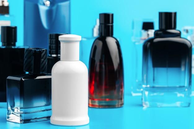 Bottiglia di profumo dell'uomo sulla fine del blu in su
