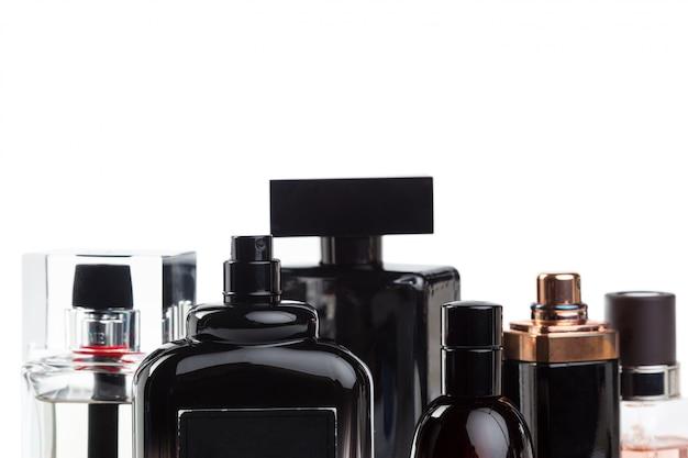 Bottiglia di profumo isolata di fondo bianco