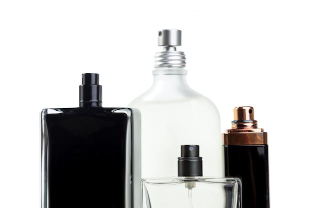 Bottiglia di profumo isolata di superficie bianca