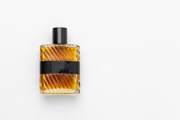Bottiglia di profumo isolata