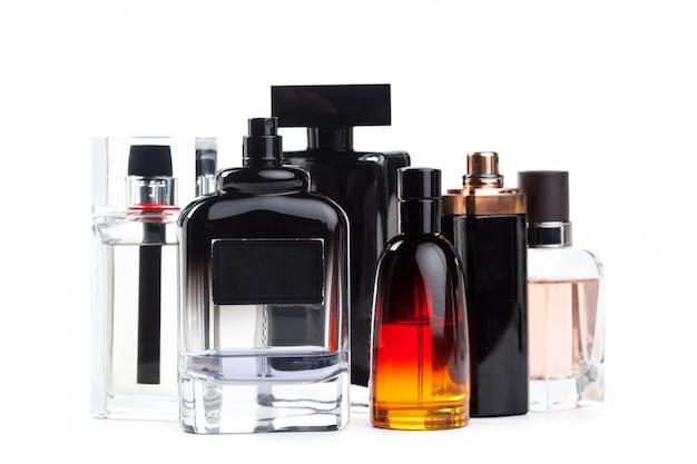 Bottiglia di profumo isolato di sfondo bianco