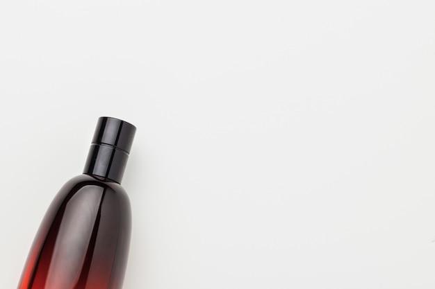 Bottiglia di profumo su sfondo bianco