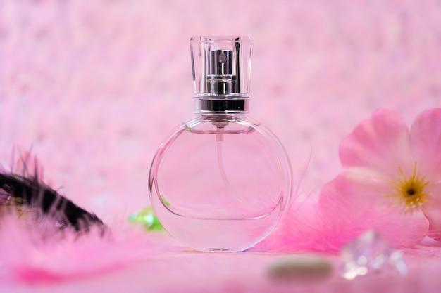 Bottiglia di profumo su sfondo rosa