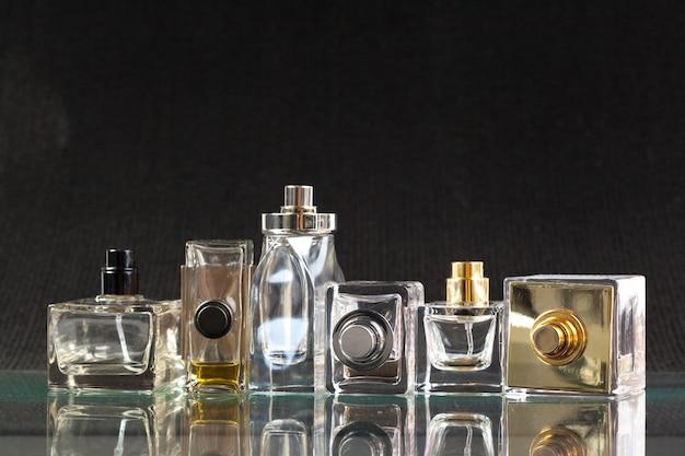 Bottiglia di profumo su un buio