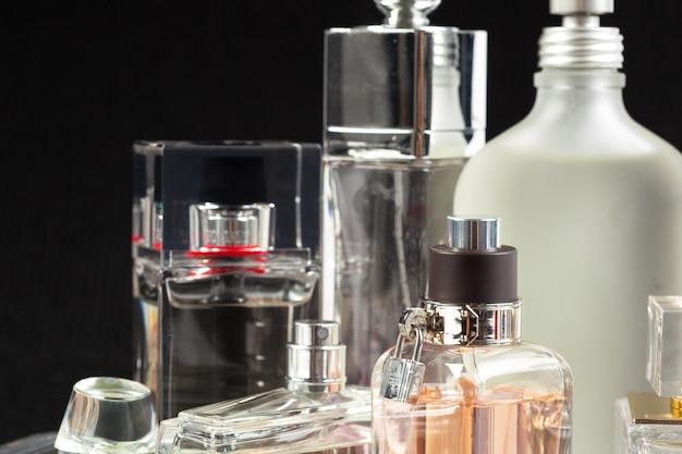 Bottiglia di profumo su un oscuro