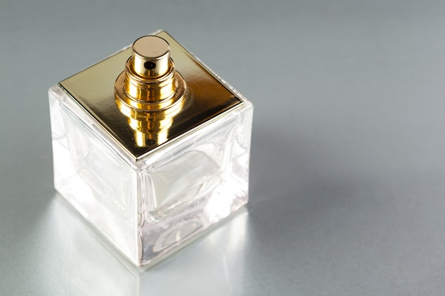 Bottiglia di profumo su uno sfondo scuro