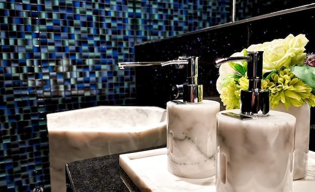 Bottiglia di shampoo e lozione in bagno