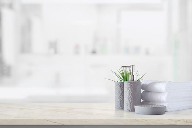 Bottiglia di shampoo in ceramica con asciugamani di cotone bianco
