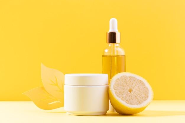Bottiglia di siero con sfondo giallo