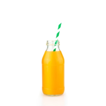 Bottiglia di succo d'arancia fresco isolato su sfondo bianco