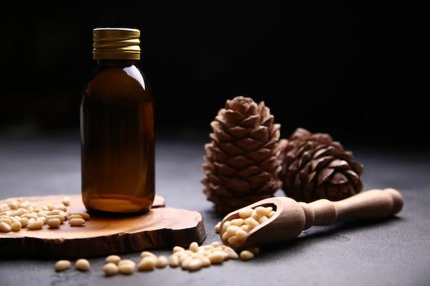 Bottiglia di vetro con olio e noci di cedro