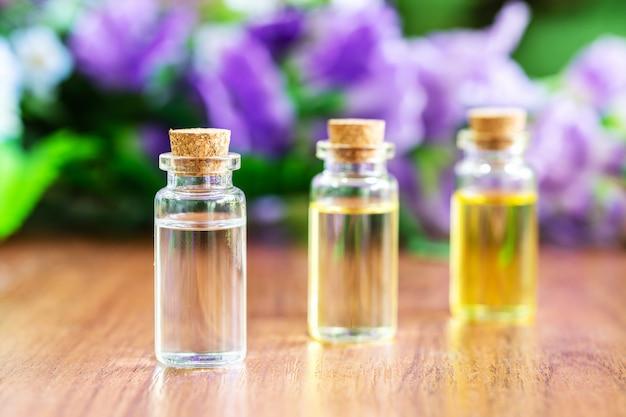 Bottiglia di vetro con olio essenziale